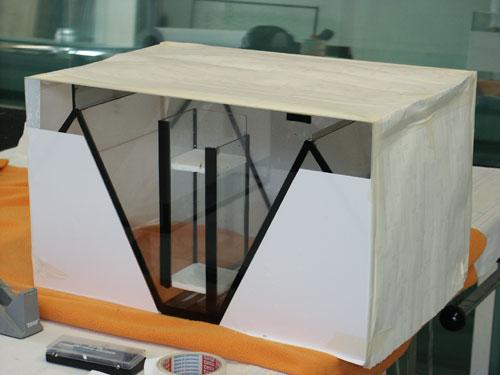 """Bild: Idee und Umsetzung / Das Arnold Design Aquarium """"Mecklenburg-Vorpommern"""" (2006), ist bereit für die Sandstrahlkammer. Die abgeklebten Flächen bleiben in normaler, durchsichtiger Form erhalten. Experience The Beauty"""