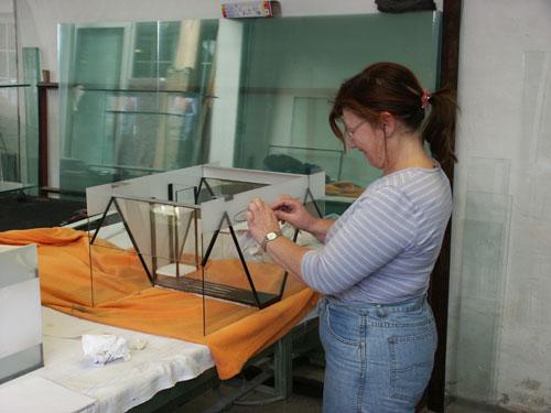 """Bild: Idee und Umsetzung / Das Arnold Design Aquarium """"Mecklenburg-Vorpommern"""" (2006) nach dem Sandstrahlen. Die Entfernung der Folien ist fast fertig. Experience The Beauty"""