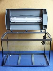 Bild: Tetra AquaArt-Aquarium / Ein 60er TetraAquaArt Aquarium mit einer 15 Watt Leuchtstoffröhre, die unglücklicherweise noch gekapselt ist, so dass die Wärme nicht abgeführt werden kann und die Röhre schneller altert.