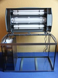 Bild: Das getunte 60er Starterset mit dem geöffnetem Lichtkasten und dem von Arnold Design Aquarien neu installiertem 3Kammer Innenfilter