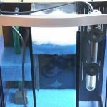 Bild: Tuning von Aquarien / Rückansicht bzw. Seitenansicht von einem nachträglich eingebauten Dreikammerfilter mit ca. 10 Liter Filtervolumen in einem 60er Tetra AquaArt-Aquarium (2007). Experience The Clarity.