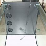 Bild: Filtertuning - Vom Kleinen ins Große / Vorderfront des nachträglich eingebauten Dreikammerfilters. Vier großzügige Ansauggitter sorgen für eine optimale Wasserzufuhr (2013).