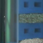 Bild: Filtertuning - Vom Kleinen ins Große / Das Innenleben eines transparenten Filters. Das Aquarium wurde eigens dafür sandgestrahlt, so dass der chronologische Aufbau der Filtermaterialien von außen sichtbar ist (2013)