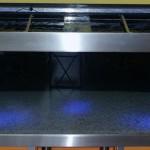 Bild: Filtertuning - Vom Kleinen ins Große / So sieht ein 770 Liter Aquarium mit 2 eingebauten Dreikammer-Innenfiltern aus. Abgehängte Moorkienwurzeln und für die Nacht blaue LED-Beleuchtung geben dem Aquarium eine besondere Klasse.