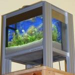 """Bild: """"Foxtrott house at the lake"""" (2007) eine Komposition aus sandgestrahltem Glas, Edelstahl und Aluminium. Insgesamt nicht größer als ein Netbook."""