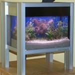 Bild: Foxtrott house at the lake (2007) eine Komposition aus sandgestrahltem Glas, Edelstahl und Aluminium.