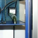 Bild: Foxtrott volume ONE (2005) / Detailansicht der Pumpemkammer mit Blick auf die Förderpumpe der Firma Seliger, die sich als äußerst zuverlässig erweist. In meinem ältesten Becken Foxtrott macht sie seit Jahren ihren Dienst. Bei einem Stromverbrauch von nur 1 Watt auf 12 Volt Niederspannung ist diese Pumpe in allen Beziehungen unschlagbar. Im Stromverbrauch, Langlebigkeit, Größe und dem Preis.
