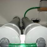 Bild: Garnelenzucht / Die Druckdose mit ihren Luftanschlüssen. Gut sichtbar im Hintergrund, die Yasunaga Pumpe.
