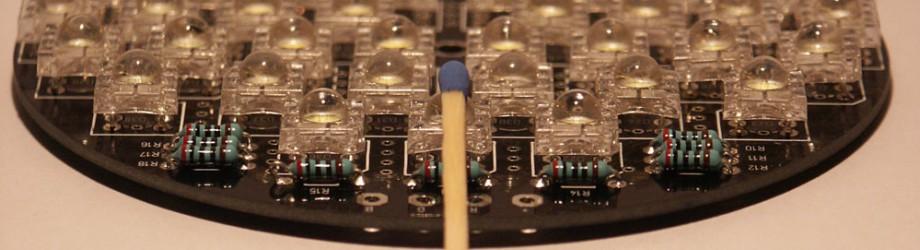 Bild: 6-Pin Superflux LED, Größenvergleich Linse / Streichholz