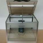 """Bild: Aquariendesign / Die Magie der kleinen Naturaquarien / Das klappbare Beleuchtungsmodul von """"Squaredance volume TWO"""" (2006) ist für 4 x 14 Watt T8 Leuchtstoffröhren vorgesehen."""