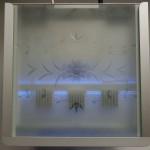 Bild: Das Sandwichmodul von Foxtrott Antarktika (2014) mit Nachtbeleuchtung. Die Kühlkörber für die LED-Beleuchtung sind gut durch das sandgestrahlte Glas erkennbar.